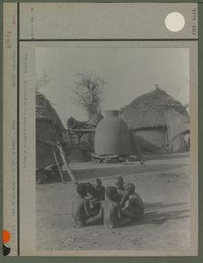 Enfants du village. Derrière eux, un grenier.