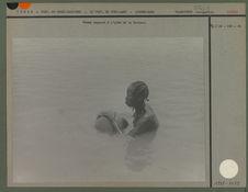 Femme nageant à l'aide de sa bourma