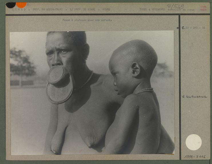Femme à plateaux avec son enfant