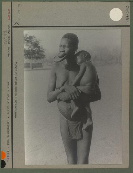 Femme Sara Kaba à plateaux portant son enfant