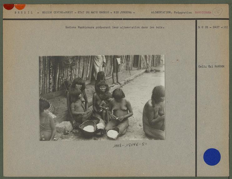 Indiens Nambicuara préparant leur alimentation