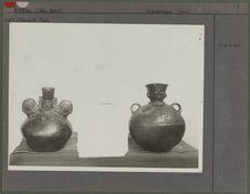 Deux vases noirs
