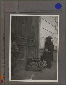 Indiennes sur le seuil d'une porte à Huancayo