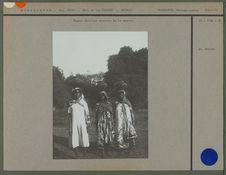 Femmes Sakalava revenant de la source