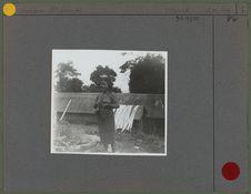 Femme devant une case