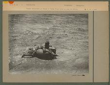 Tadjik traversant un fleuve à l'aide d'une outre en peau de chèvre
