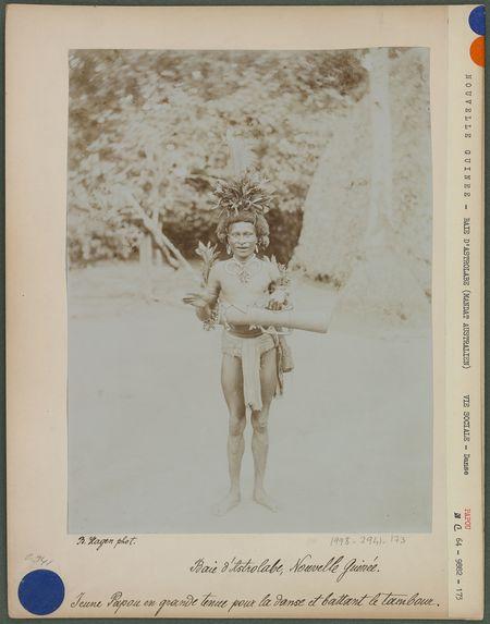 Jeune Papou en grande tenue pour la danse