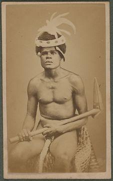 Sans titre [portrait d'un homme portant un casse-tête]