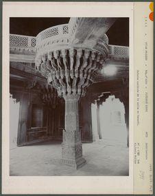 Colonnade centrale de la salle du Conseil
