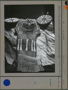Masque fait d'étoffe recouverte de perles