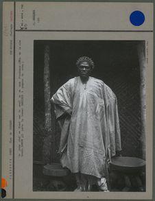 Le jeune chef se tient sur le seuil de sa case