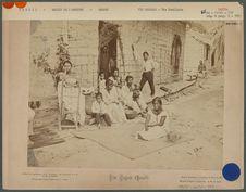 Famille Tapuya à la porte de sa maison