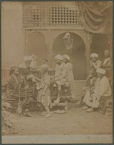 Fumeurs dans un café arabe