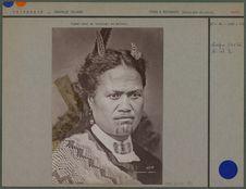 Femme Maori avec un tatouage au menton