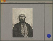 Uzbek portant un vêtement de drap sur un khalat de soie