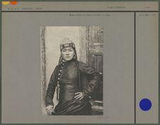 Femme ouzbek de Kokan coiffée du topi