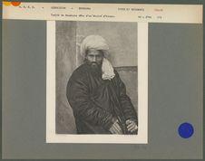 Tadjik de Boukhara vêtu d'un khalat d'hiver