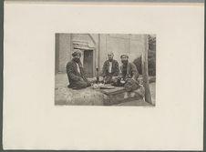 Sartes prenant le thé près de l'entrée d'une mosquée