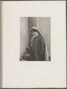 Une fillette Tadjik apportant de l'eau dans une cruche