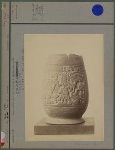 Vase, scènes en relief et frise de glyphes décoratifs