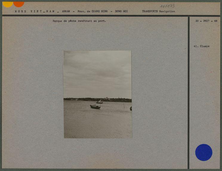 Barque de pêche rentrant au port