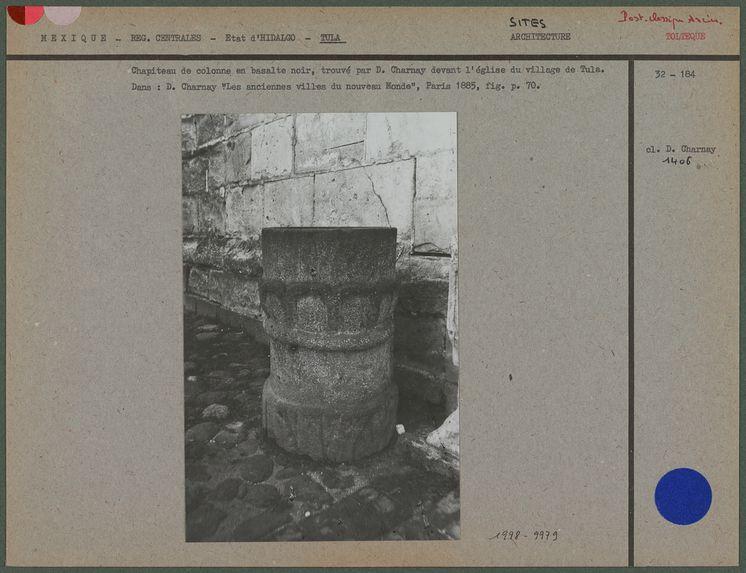 Chapiteau de colonne en basalte noir, trouvé par D. Charnay devant l'église du village de Tula