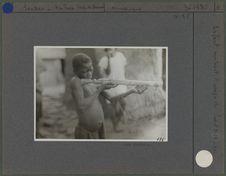 Enfant montrant l' usage du fusil