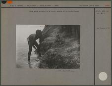 Jeune garçon extrayant de la terre à modeler