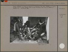 Femmes préparant le beurre de karité