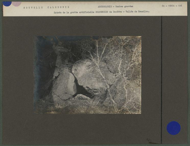 Entrée de la grotte artificielle Dolmenoïde