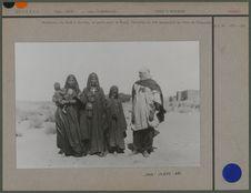 Femmes Hartania, à droite maison du Père de Foucauld