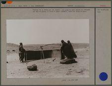 Montage d'une tente par les femmes