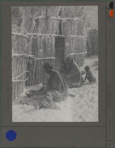 Une femme kanouri du Kaouar écrase le mil
