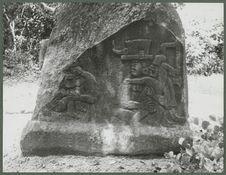 Monument avec le relief d'une mère
