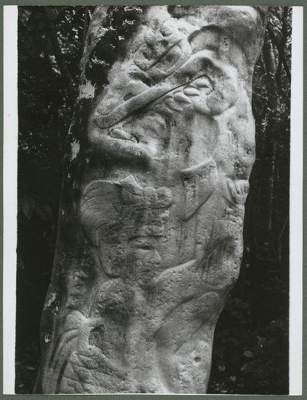 Stèle de l'homme barbu qui embrasse un monstre