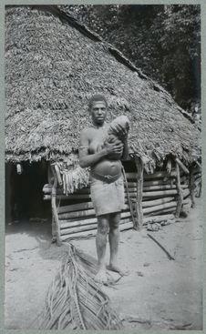 Femme de l'îlot Toman portant son enfant