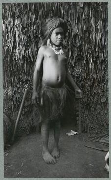 Jeune fille Big Nambas avec coiffure et pagne