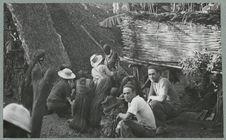 Sans titre [l'équipe de La Korrigane en visite dans le village de Malakula]