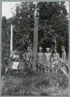 Sans titre [hommes posant à côté d'un poteau]