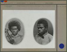 L'homme de gauche porte un collier de coquillages et tient un casse-tête en bois
