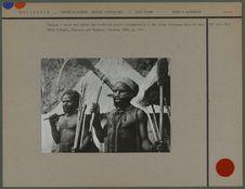 Papous, l'un tenant une hache de pierre cérémonielle faite dans la vallée