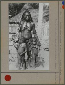 Femmes et enfants portant des colliers et des bracelets en coquillage et...