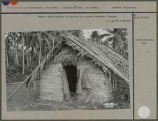 Maison traditionnelle en feuilles de cocotier tressées : l'entrée