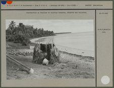 Construction en feuilles de cocotier tressées réservées aux toilettes