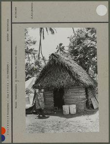 Maison traditionnelle en feuilles de cocotier tressées