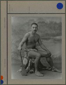 Marquisien aux jambes tatouées