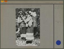Femmes Kha sur la route de Nga