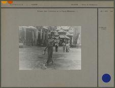 Birmane dans l'enceinte de la pagode Shwedagon