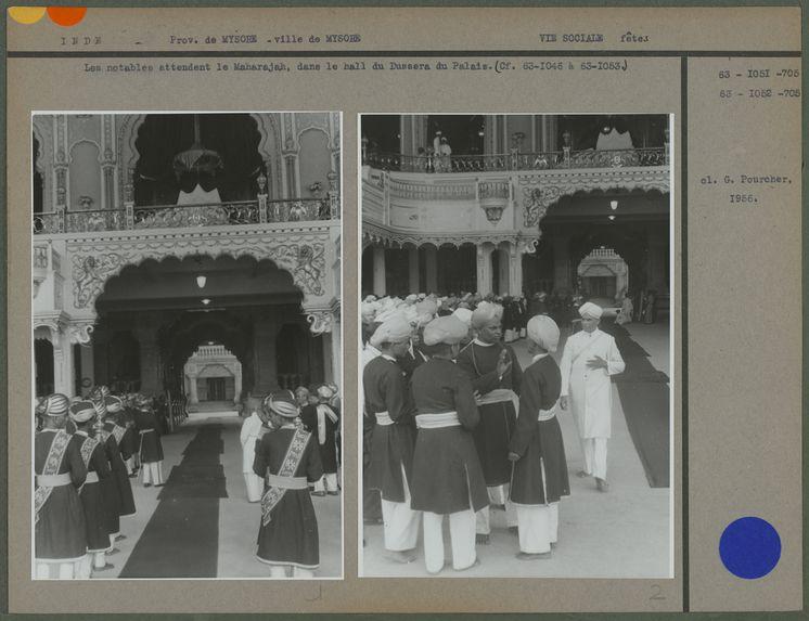 Les notables attendent le Maharajah, dans le hall du Dussera du Palais