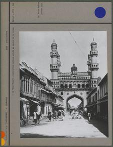 """Le """" Char Minar """", construction moderne située au centre de la ville"""